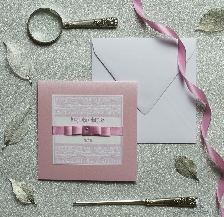 Bardzo eleganckie zaproszenia z biało-różowymi dekoracyjnymi paskami, perłowym papierem, wklejanym wnętrzem, satynową wstążką oraz cyrkonią. ZAP-25-83 - ZaprosNaSlub