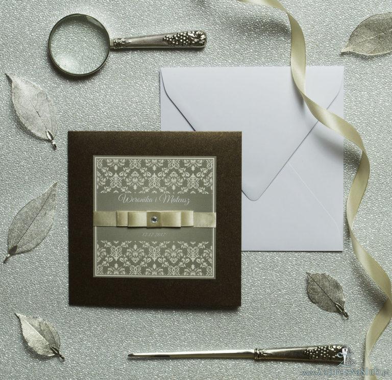 Bardzo eleganckie zaproszenia z brązowo-kremowym ornamentem barokowym, perłowym papierem, wklejanym wnętrzem, satynową wstążką oraz cyrkonią. ZAP-25-81 - ZaprosNaSlub