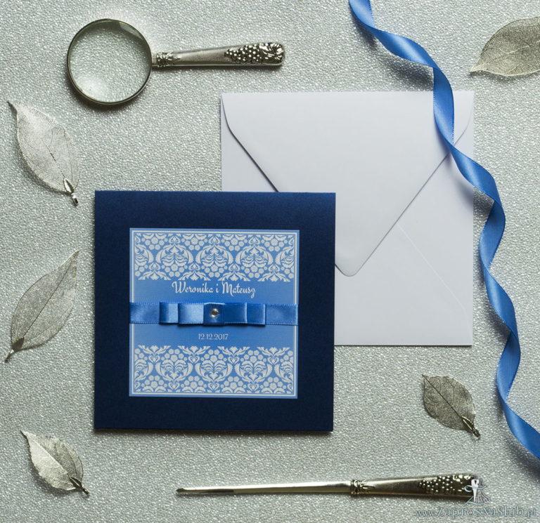 Bardzo eleganckie zaproszenia z błękitno-białym ornamentem florystycznym, perłowym papierem, wklejanym wnętrzem, satynową wstążką oraz cyrkonią. ZAP-25-86 - ZaprosNaSlub