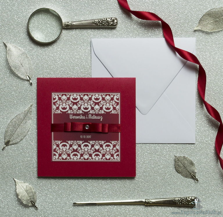 Bardzo eleganckie zaproszenia z czerwono-białym ozdobnym ornamentem, perłowym papierem, wklejanym wnętrzem, satynową wstążką oraz cyrkonią. ZAP-25-80 - ZaprosNaSlub