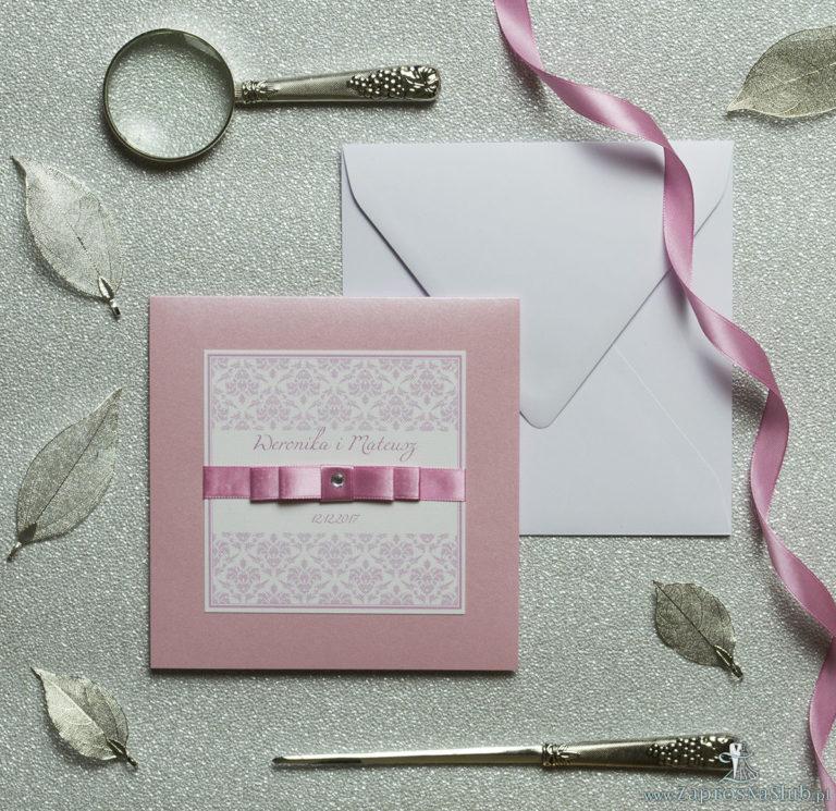 Bardzo eleganckie zaproszenia z różowym barokowym damaskiem, perłowym papierem, wklejanym wnętrzem, satynową wstążką oraz cyrkonią. ZAP-25-93 - ZaprosNaSlub