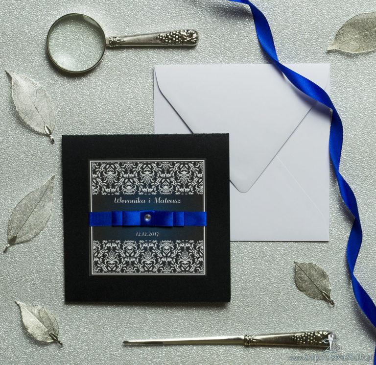 Bardzo eleganckie zaproszenia z czarno-białym eleganckim damaskiem z błękitna poświatą, perłowym papierem, wklejanym wnętrzem, satynową wstążką oraz cyrkonią. ZAP-25-88 - ZaprosNaSlub