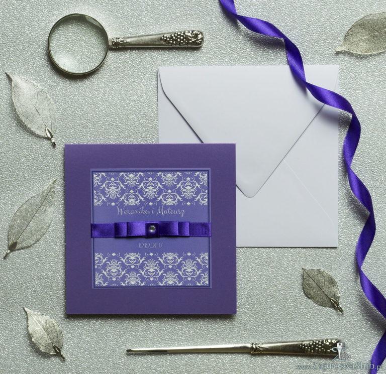 Bardzo eleganckie zaproszenia z fioletowo-białym ozdobnym damaskiem, perłowym papierem, wklejanym wnętrzem, satynową wstążką oraz cyrkonią. ZAP-25-85 - ZaprosNaSlub