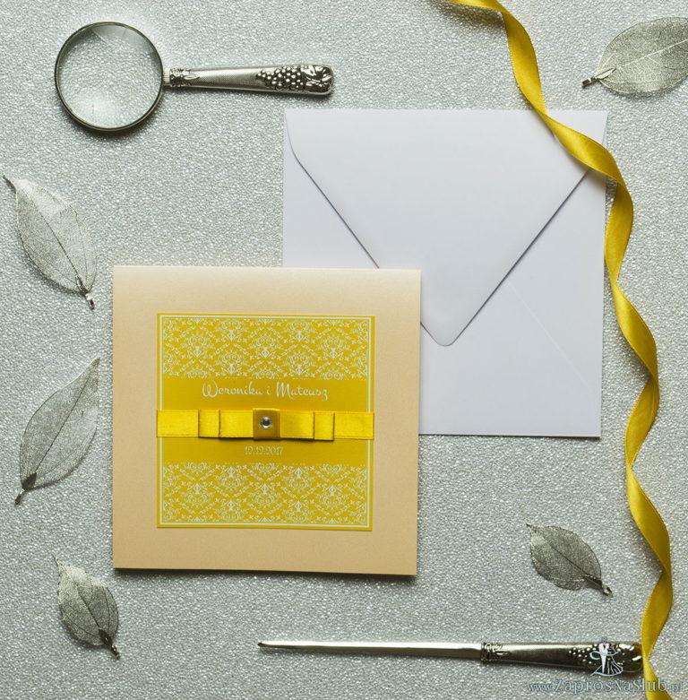 Bardzo eleganckie zaproszenia z żółto-białą dekoracją, perłowym papierem, wklejanym wnętrzem, satynową wstążką oraz cyrkonią. ZAP-25-12 - ZaprosNaSlub