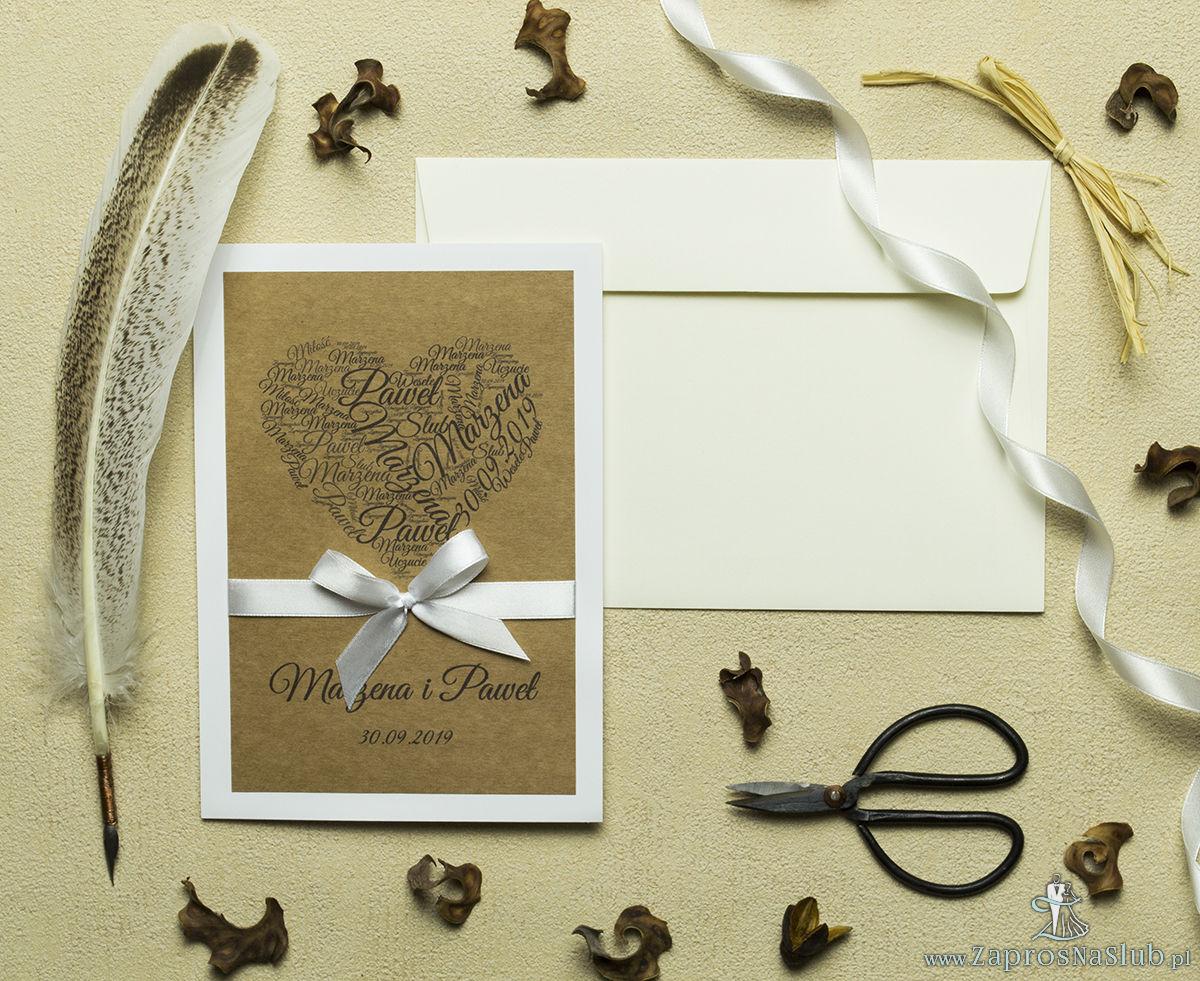 Zaproszenia w stylu eko z kolażem imiennym ułożonym w kształt serca oraz białą wstążką. ZAP-44-02