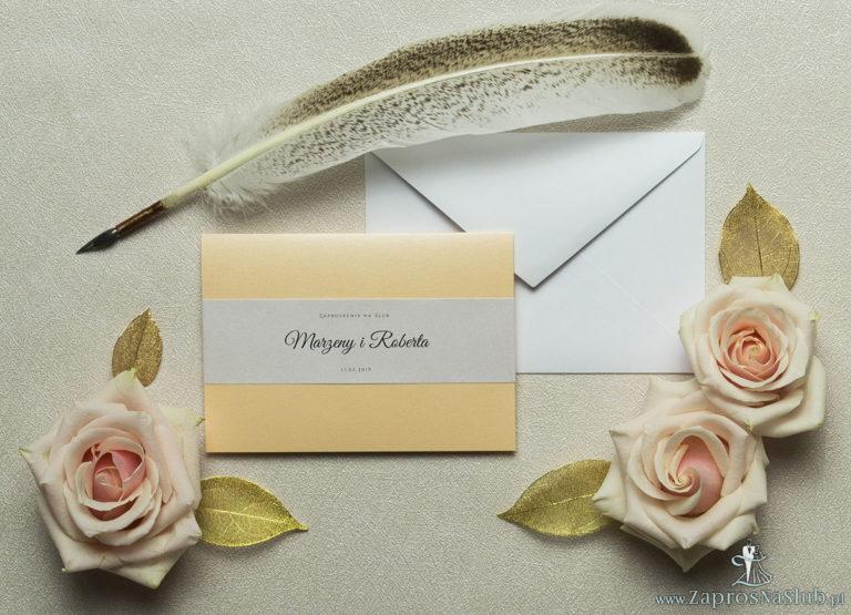 Wykonane na brzoskwiniowym, ozdobnym papierze, eleganckie zaproszenia ślubne z motywem tekstowym na papierze perłowym. ZAP-52-12 - ZaprosNaSlub