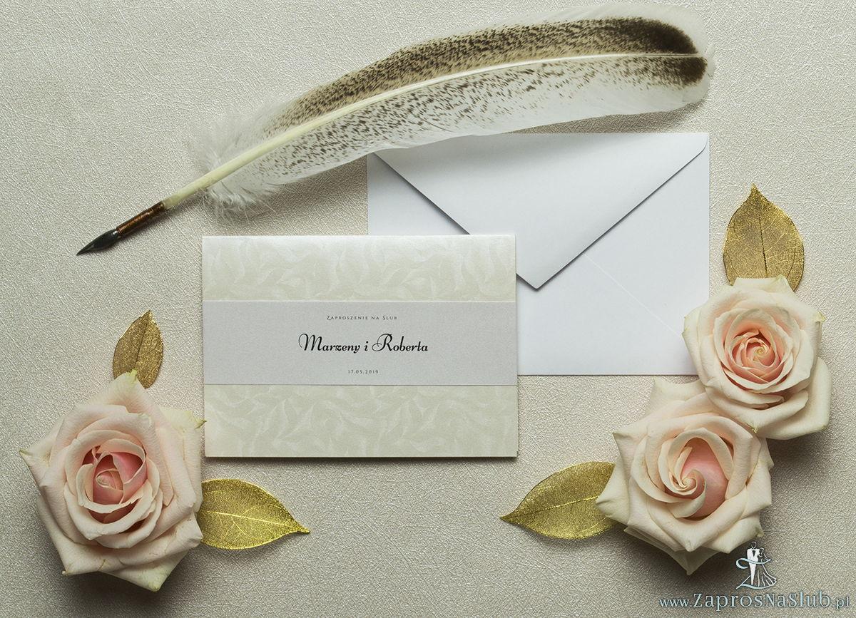 Wykonane na jasnym, ozdobnym, perłowym papierze, eleganckie zaproszenia ślubne z motywem tekstowym. ZAP-52-35
