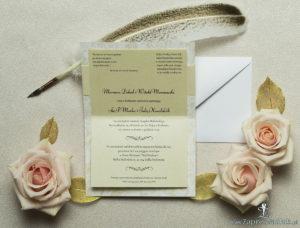 Wykonane na białym papierze ze złotymi różami, eleganckie zaproszenia ślubne z motywem tekstowym na papierze perłowym. ZAP-52-51