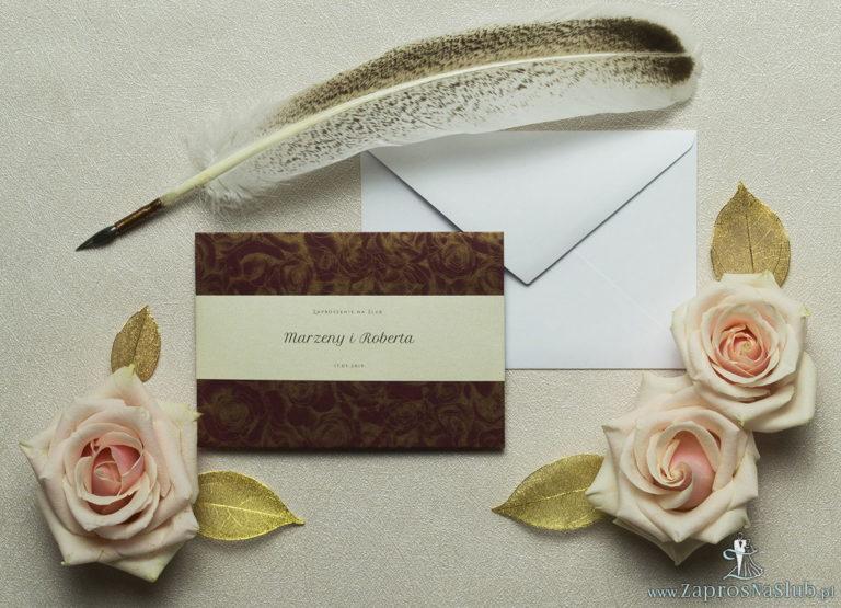 Wykonane na bordowym papierze ze złotymi różami, eleganckie zaproszenia ślubne z motywem tekstowym na papierze perłowym. ZAP-52-52 - ZaprosNaSlub