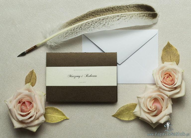 Wykonane na brązowym, metalizowanym papierze, eleganckie zaproszenia ślubne z motywem tekstowym na papierze perłowym. ZAP-52-81 - ZaprosNaSlub