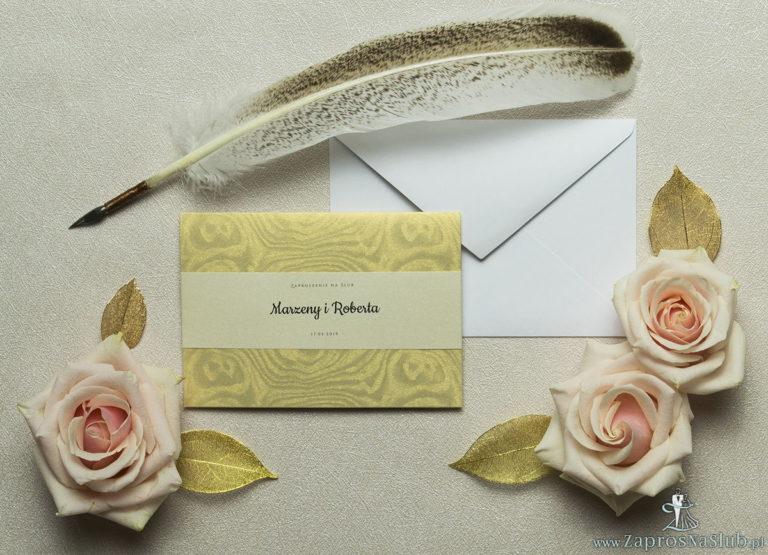 Wykonane na złotym, ozdobnym papierze, eleganckie zaproszenia ślubne z motywem tekstowym na papierze perłowym. ZAP-52-29 - ZaprosNaSlub