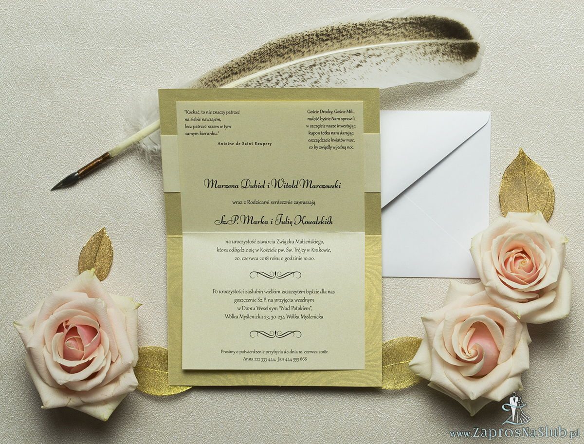 Wykonane na złotym, ozdobnym papierze, eleganckie zaproszenia ślubne z motywem tekstowym na papierze perłowym. ZAP-52-29