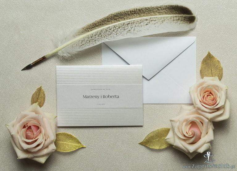 Wykonane na srebrnym papierze z paskami, eleganckie zaproszenia ślubne z motywem tekstowym na papierze perłowym. ZAP-52-92 - ZaprosNaSlub