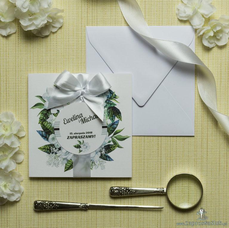 Zaproszenia kwiatowe – wiosenny wianek z białymi kwiatami oraz ciemnozielonymi liśćmi. ZAP-54-07 - ZaprosNaSlub