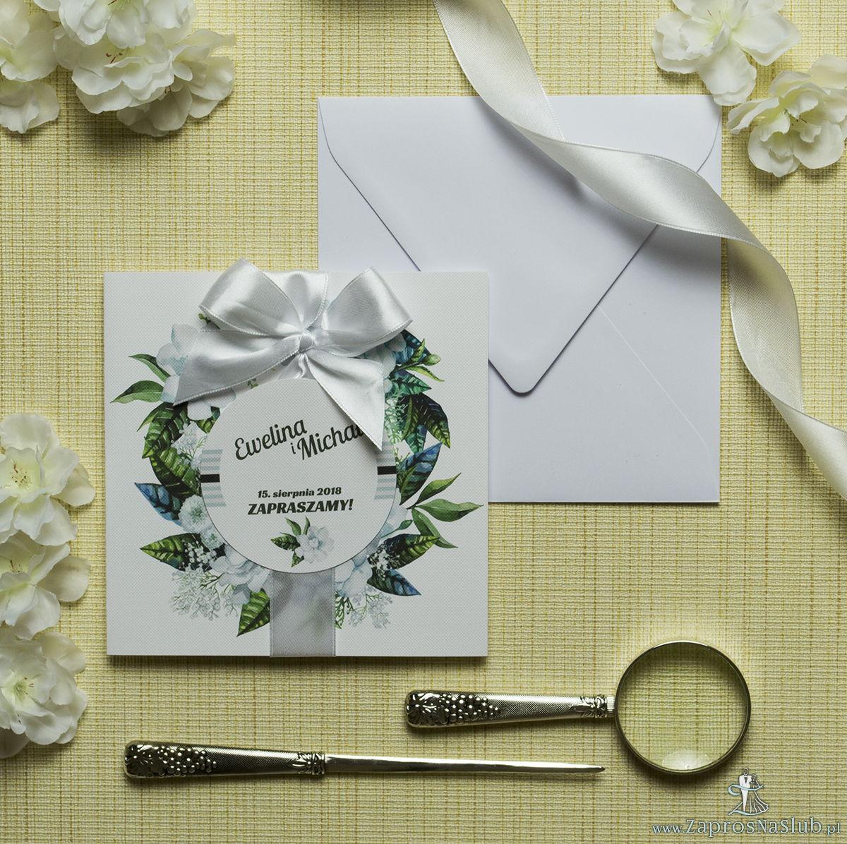 Zaproszenia kwiatowe - wiosenny wianek z białymi kwiatami oraz ciemnozielonymi liśćmi. ZAP-54-07