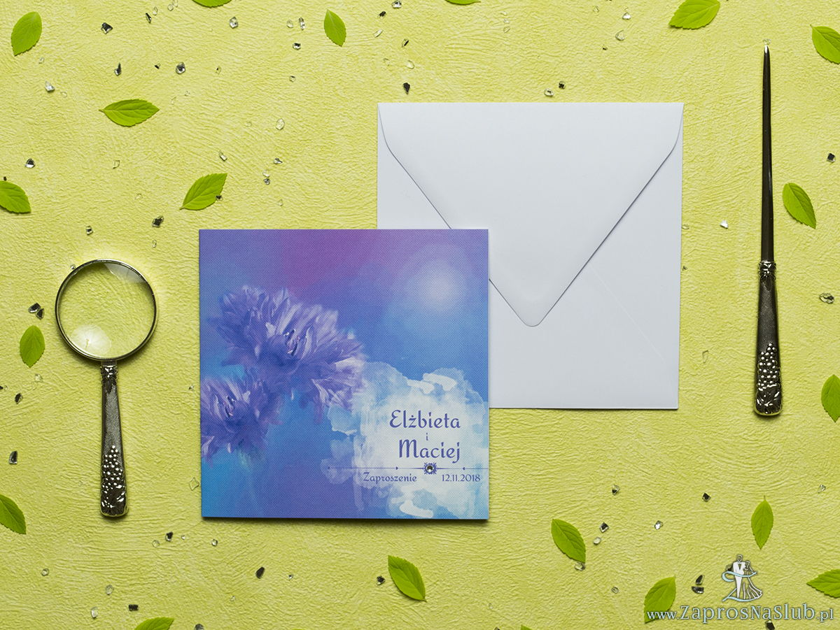 Przepiękne letnie zaproszenia ślubne z niebiesko-fioletowymi kwiatami chabrów (bławatków) oraz z cyrkonią. ZAP-60-01