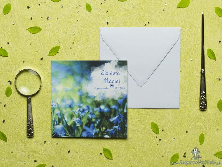 Przepiękne wiosenne zaproszenia ślubne z elektryzująco niebieskimi kwiatami cebulicy syberyjskiej oraz z cyrkonią. ZAP-60-02 - ZaprosNaSlub