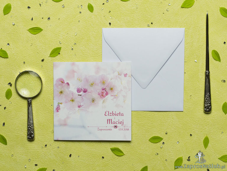 Przepiękne wiosenne zaproszenia ślubne z różowymi kwiatami brzoskwini na tle jasnego nieba oraz z cyrkonią. ZAP-60-04 - ZaprosNaSlub
