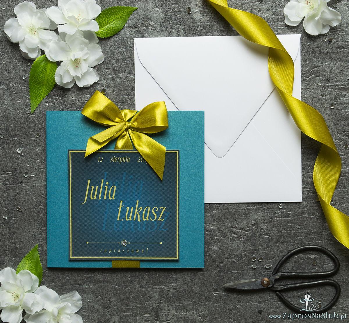 Zaproszenia ślubne na turkusowym papierze metalizowanym, ze wstążką w kolorze starego złoto i cyrkonią oraz wklejanym wnętrzem. ZAP-61-84