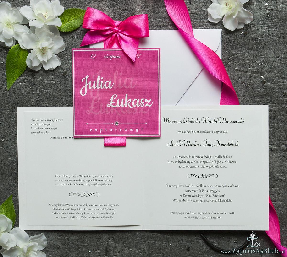 Zaproszenia ślubne na białym papierze z fakturą ryps, ze wstążką w kolorze intensywnego różu i cyrkonią oraz wklejanym wnętrzem. ZAP-61-68