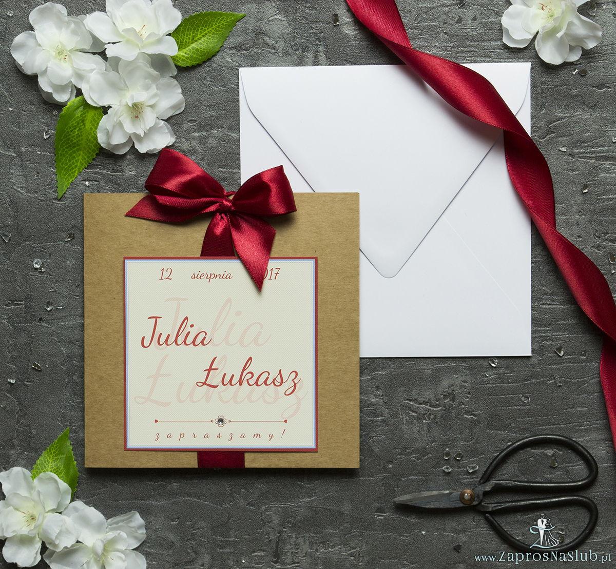Zaproszenia ślubne na brązowym papierze ekologicznym, ze wstążką w kolorze ciemnej czerwieni i cyrkonią oraz wklejanym wnętrzem. ZAP-61-77