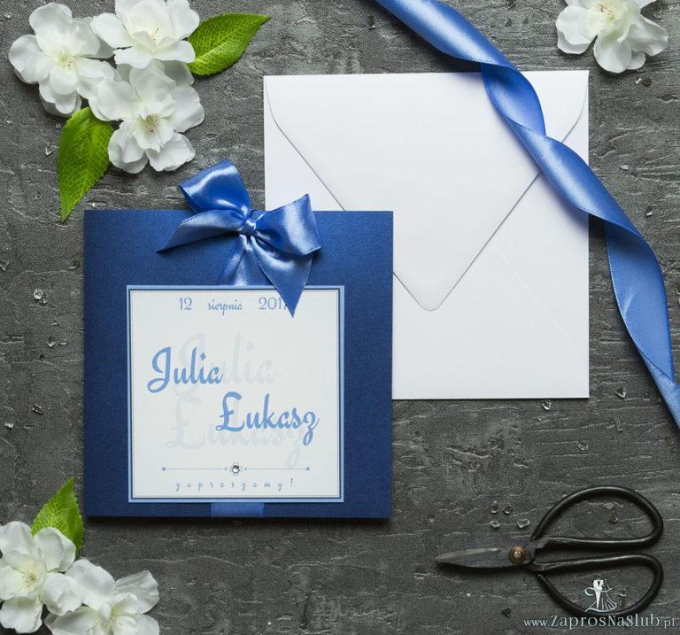 Zaproszenia ślubne na niebieskim papierze perłowym, ze wstążką w kolorze niebieskim i cyrkonią oraz wklejanym wnętrzem. ZAP-61-86 - ZaprosNaSlub