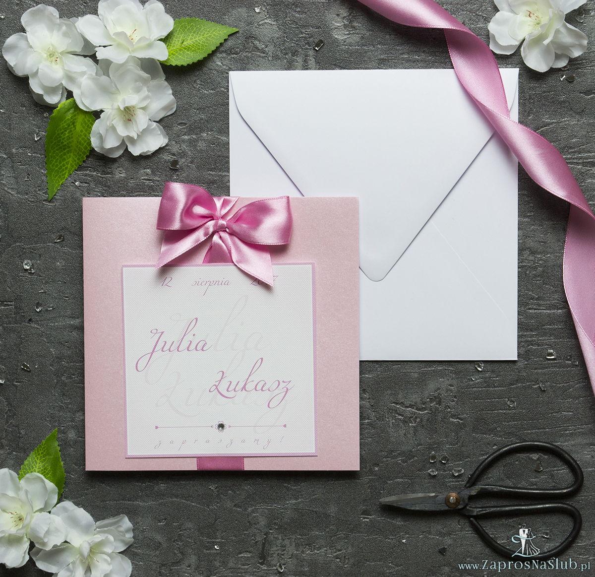 Zaproszenia ślubne na różowym papierze perłowym, ze wstążką w kolorze różowym i cyrkonią oraz wklejanym wnętrzem. ZAP-61-93
