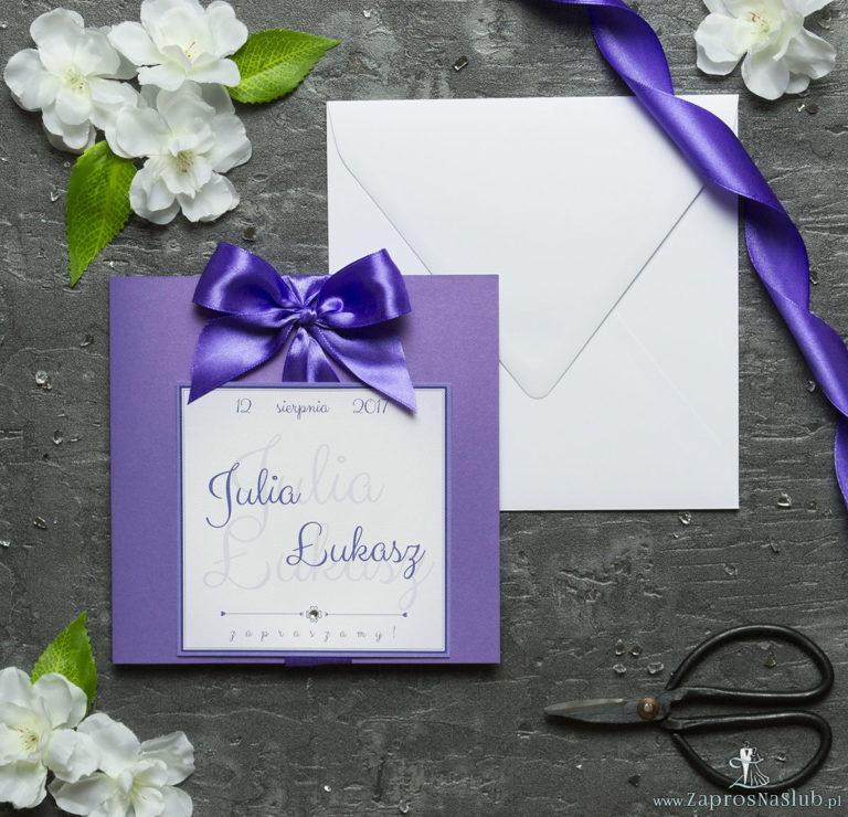 Zaproszenia ślubne na fioletowym papierze perłowym, ze wstążką w kolorze ciemnofioletowym i cyrkonią oraz wklejanym wnętrzem. ZAP-61-85 - ZaprosNaSlub