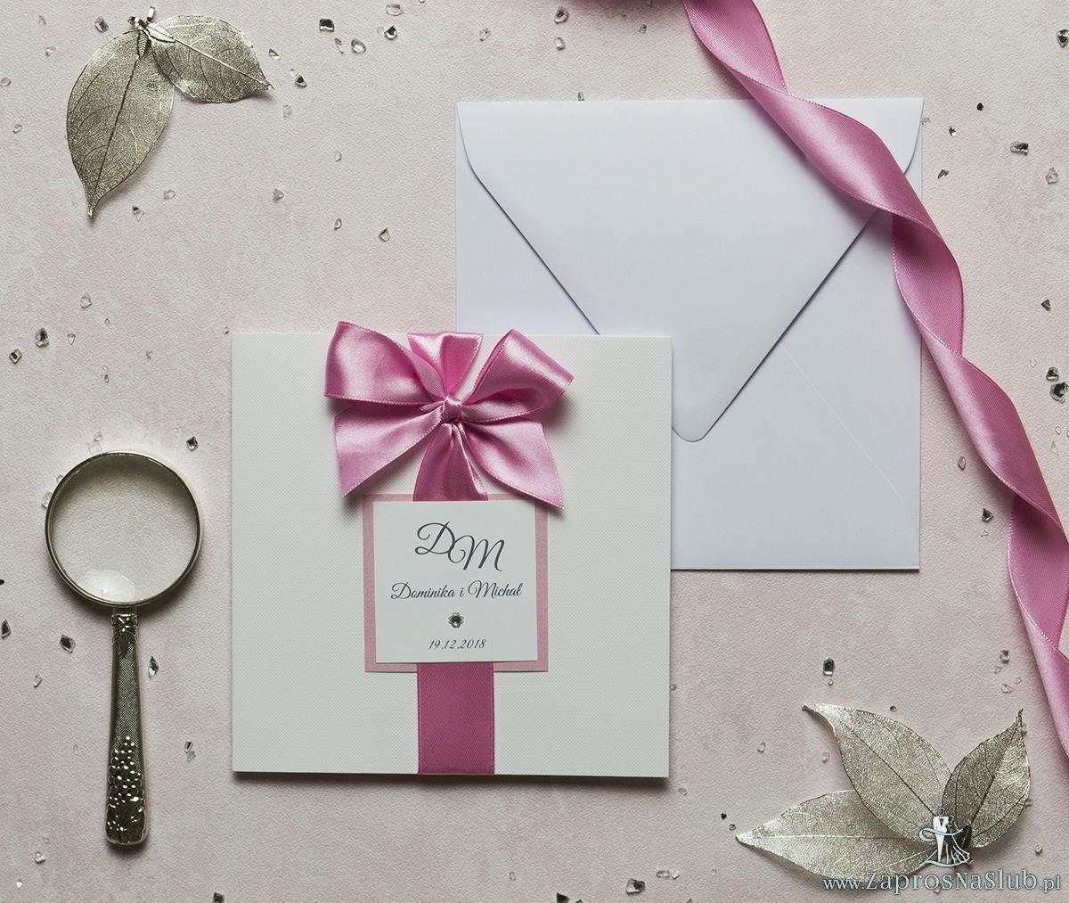 Niezwykle eleganckie zaproszenia ślubne z dwuwarstwowym motywem tekstowym, cyrkonią, różową wstążką oraz wklejanym wnętrzem. ZAP-63-93