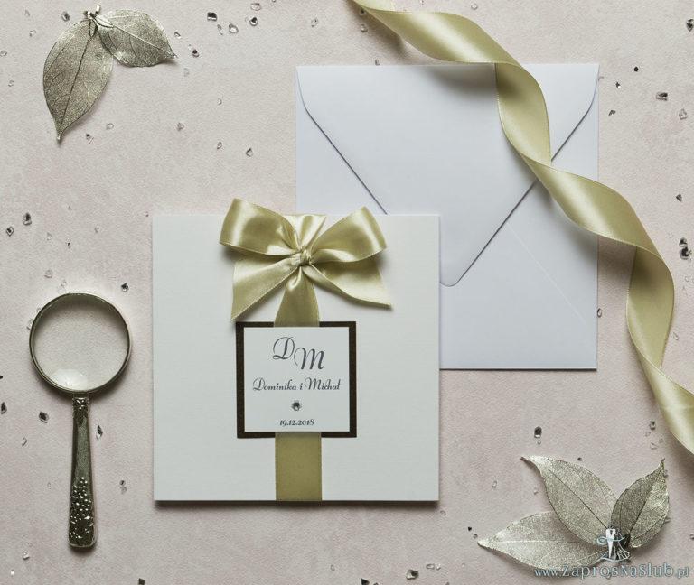 Niezwykle eleganckie zaproszenia ślubne z dwuwarstwowym motywem tekstowym, cyrkonią, wstążką w kolorze kawa z mlekiem oraz wklejanym wnętrzem. ZAP-63-81 - ZaprosNaSlub