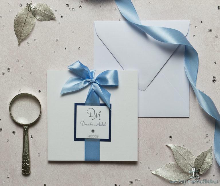 Niezwykle eleganckie zaproszenia ślubne z dwuwarstwowym motywem tekstowym, cyrkonią, jasnobłękitną wstążką oraz wklejanym wnętrzem. ZAP-63-86 - ZaprosNaSlub