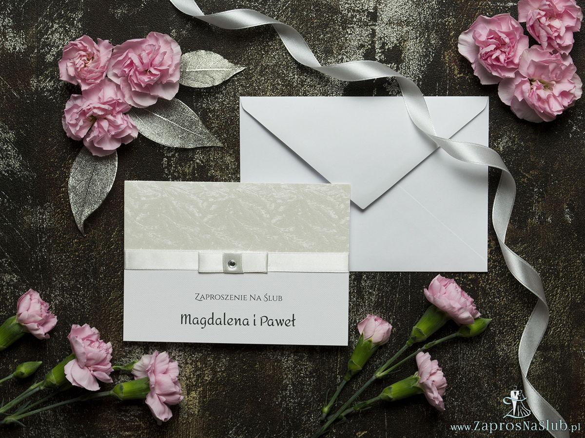 Bardzo eleganckie zaproszenia ślubne ze wstążką w kolorze ecru, jasnym papierem z motywem mrozu skuwającego szyby, cyrkonią i wklejanym wnętrzem. ZAP-64-36