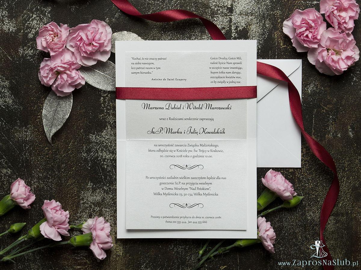 Bardzo eleganckie zaproszenia ślubne z ciemnoczerwoną wstążką, papierem w kolorze bordowym ze złotym motywem róż, cyrkonią i wklejanym wnętrzem. ZAP-64-52