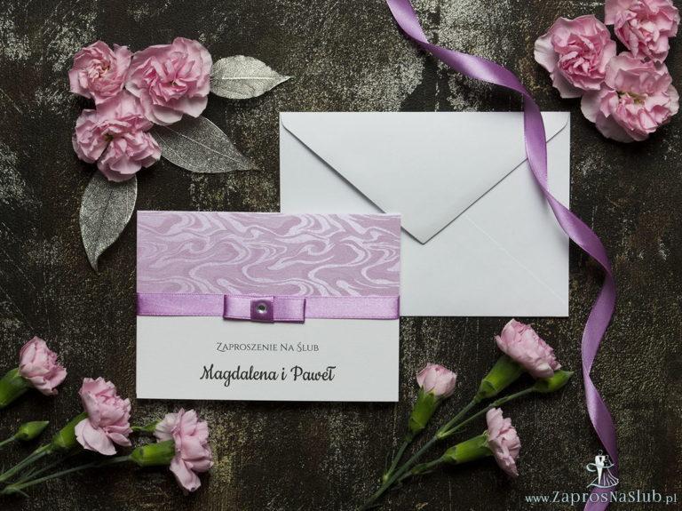 Bardzo eleganckie zaproszenia ślubne z blado-amarantową wstążką, różowym papierem ozdobnym z motywem słojów drzew, cyrkonią i wklejanym wnętrzem. ZAP-64-71 - ZaprosNaSlub