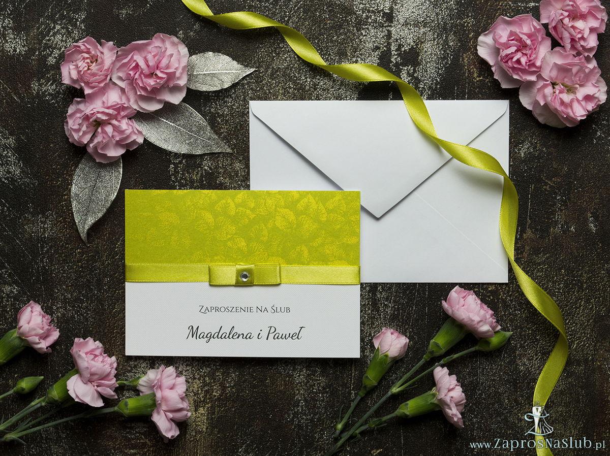 Bardzo eleganckie zaproszenia ślubne ze wstążką w kolorze pistacjowo-żółtym, papierem oliwkowym ze złotym motywem liści, cyrkonią i wklejanym wnętrzem. ZAP-64-75