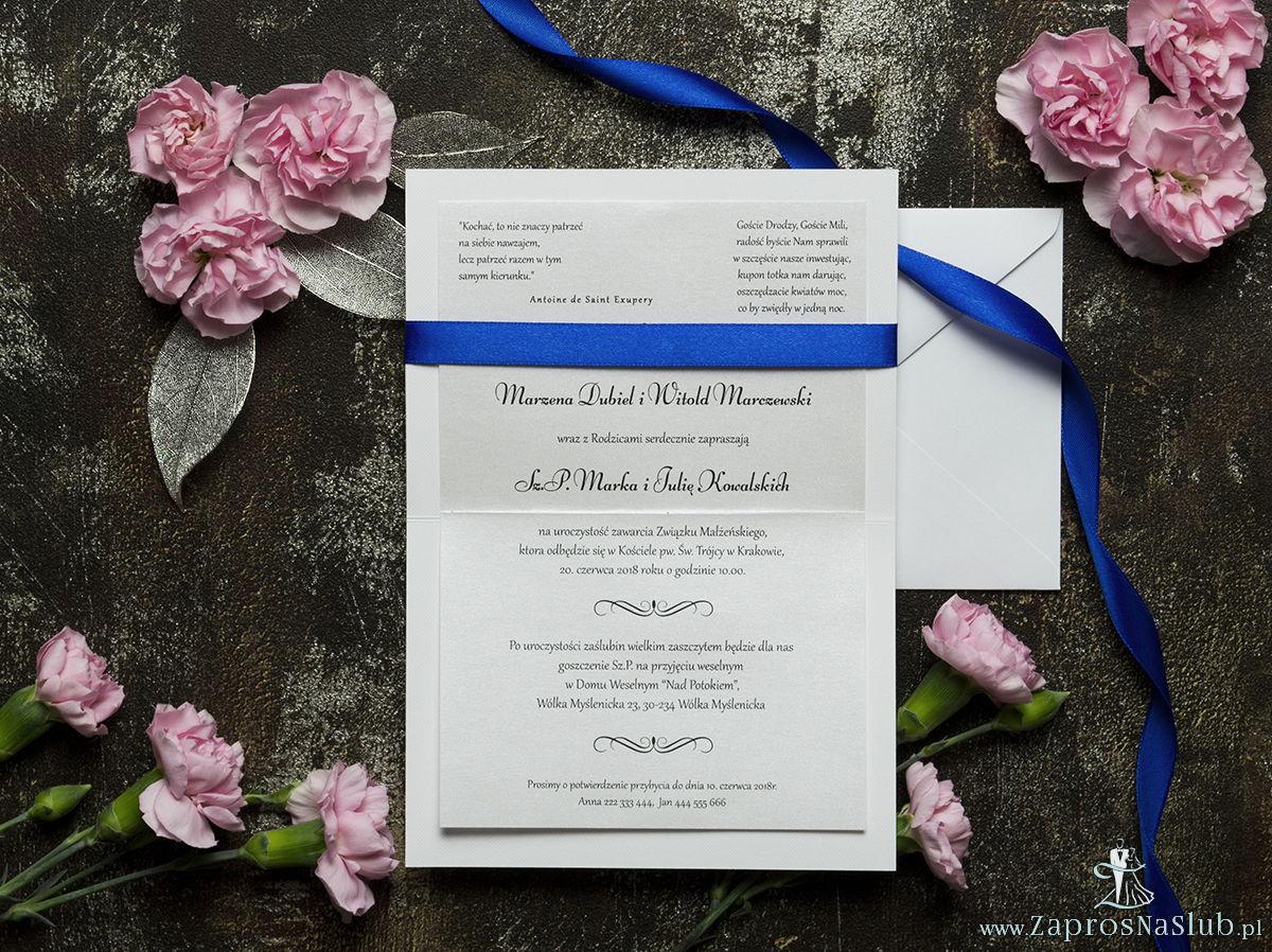 Bardzo eleganckie zaproszenia ślubne z chabrową wstążką, kremową, drobną koronką, cyrkonią i wklejanym wnętrzem. ZAP-64-505