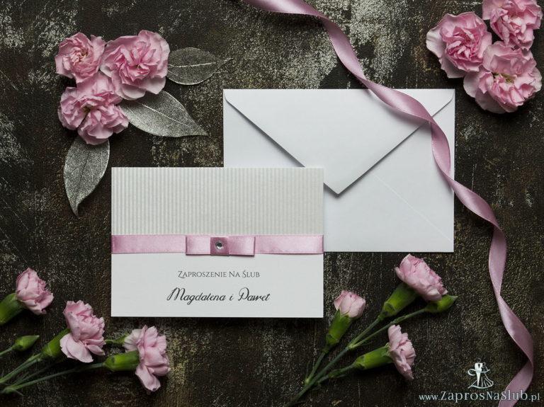 Bardzo eleganckie zaproszenia ślubne z różową wstążką, srebrnym papierem w paski, cyrkonią i wklejanym wnętrzem. ZAP-64-92 - ZaprosNaSlub