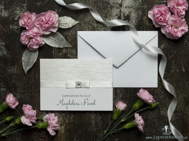Bardzo eleganckie zaproszenia ślubne ze wstążką w kolorze ecru, jasnym papierem ozdobnym z motywem przypominającym korę, cyrkonią i wklejanym wnętrzem. ZAP-64-38 - ZaprosNaSlub