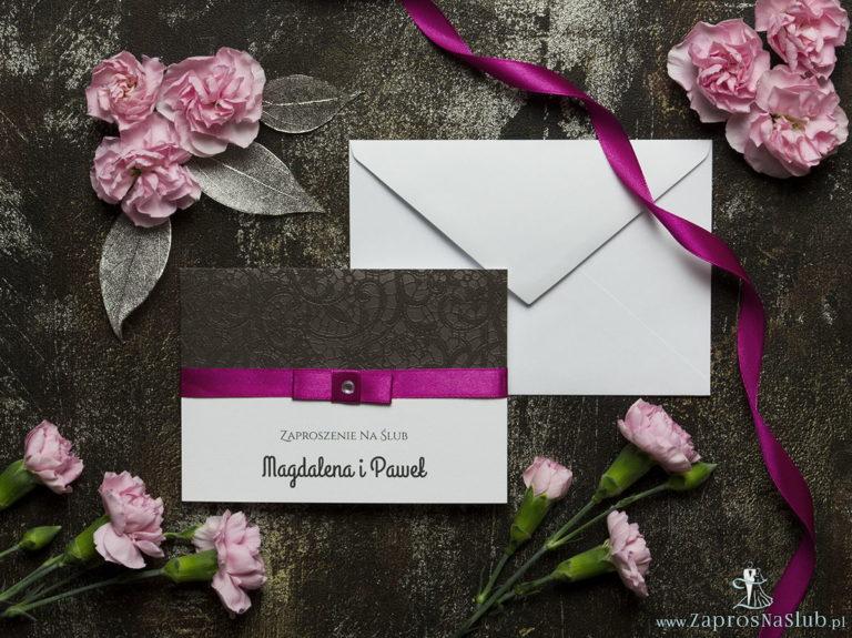 Bardzo eleganckie zaproszenia ślubne ze wstążką w intensywnym – malinowym kolorze, brązową koronką, cyrkonią i wklejanym wnętrzem. ZAP-64-503 - ZaprosNaSlub