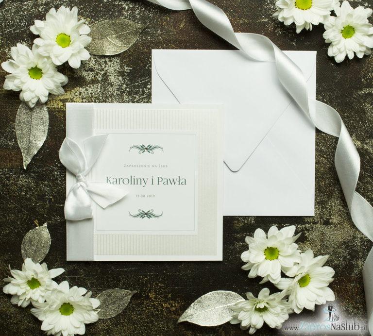 Bardzo prestiżowe zaproszenia ślubne z białą kokardką, dwoma cyrkoniami, kilkoma warstwami ciekawego papieru (np. srebrny w paski) oraz wklejanym wnętrzem. ZAP-71-92 - ZaprosNaSlub