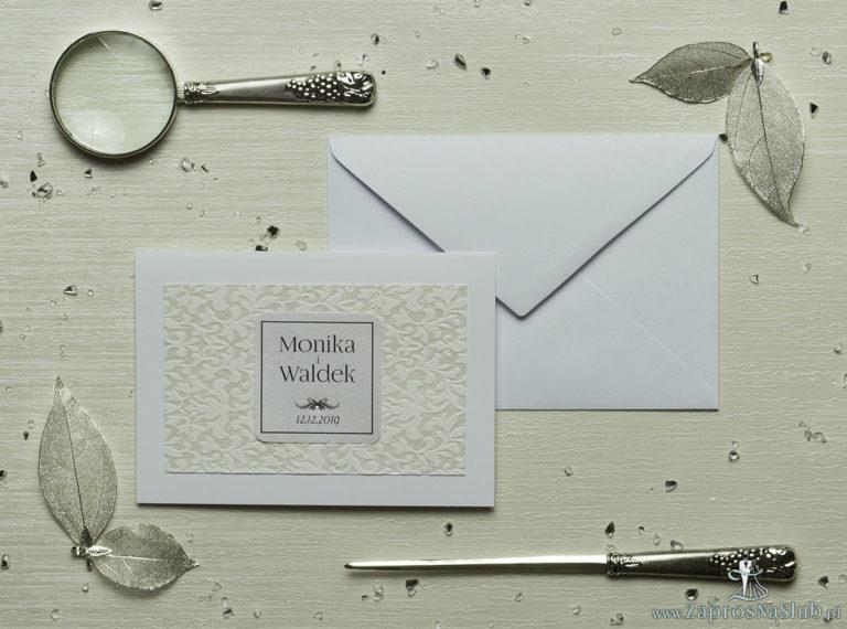 Eleganckie zaproszenia ślubne z cyrkonią oraz papierem ozdobnym przypominającym biało-srebrną grubą koronkę, na który przyklejony jest motyw tekstowy. ZAP-72-501 - ZaprosNaSlub