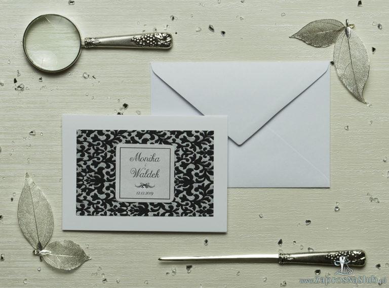 Eleganckie zaproszenia ślubne z cyrkonią oraz papierem ozdobnym przypominającym czarno-srebrną koronkę, na który przyklejony jest motyw tekstowy. ZAP-72-502 - ZaprosNaSlub