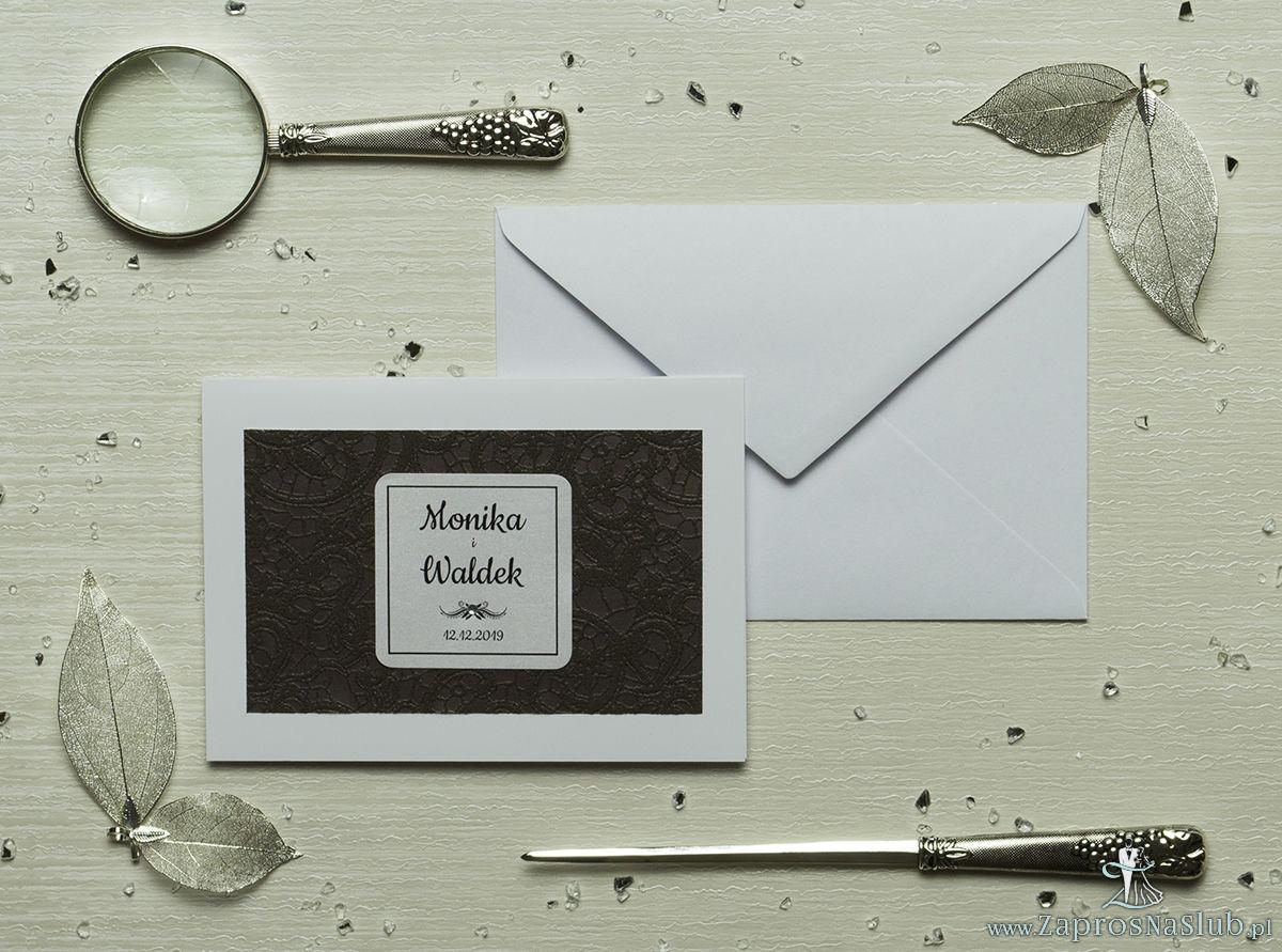Eleganckie zaproszenia ślubne z cyrkonią oraz papierem ozdobnym przypominającym brązową koronkę, na który przyklejony jest motyw tekstowy. ZAP-72-503