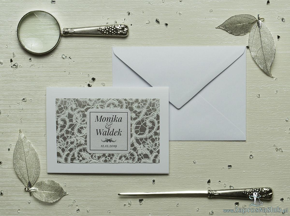 Eleganckie zaproszenia ślubne z cyrkonią oraz papierem ozdobnym przypominającym biało-srebrną koronkę, na który przyklejony jest motyw tekstowy. ZAP-72-504