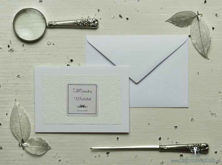Eleganckie zaproszenia ślubne z cyrkonią oraz papierem ozdobnym przypominającym kremową, drobną koronkę, na który przyklejony jest motyw tekstowy. ZAP-72-505 - ZaprosNaSlub