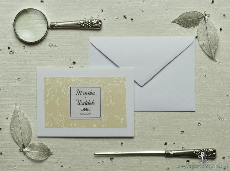 Eleganckie zaproszenia ślubne z cyrkonią oraz papierem ozdobnym w kolorze kremowym z motywem wytłaczanych kwiatów, na który przyklejony jest motyw tekstowy. ZAP-72-66 - ZaprosNaSlub