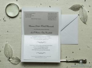 Eleganckie zaproszenia ślubne z cyrkonią oraz papierem ozdobnym w kolorze kremowym z motywem wytłaczanych kwiatów, na który przyklejony jest motyw tekstowy. ZAP-72-66