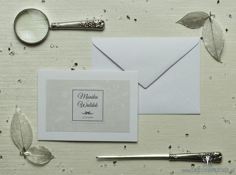Eleganckie zaproszenia ślubne z cyrkonią oraz jasnym papierem ozdobnym z motywem wytłaczanych serc, na który przyklejony jest motyw tekstowy. ZAP-72-65 - ZaprosNaSlub