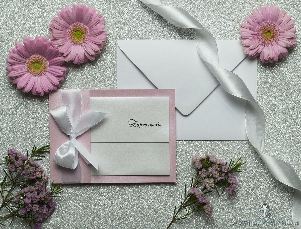 Ciekawe w formie eleganckie zaproszenia ślubne z wkładanym wnętrzem, wstążką w kolorze białym oraz okładką z różowego papieru perłowego. ZAP-73-93