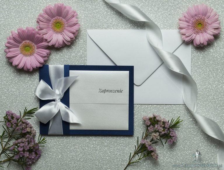 Ciekawe w formie eleganckie zaproszenia ślubne z wkładanym wnętrzem, białą wstążką oraz okładką z niebieskiego papieru perłowego. ZAP-73-86 - ZaprosNaSlub